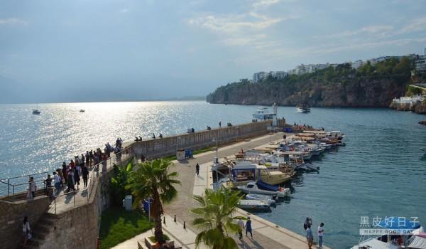 在下午的行程開始之前,先來大概的介紹一下【安塔利亞(Antalya)】這個城市吧! 「【安塔利亞(Antalya)】是土耳其在地中海西岸最大的城市,它的歷史可追溯到西元前二世紀,來自貝爾加蒙的國王-安塔羅斯二世(Attalus II)下令在此建城,並以自己的名字為此地命名,將其作為海港使用。自此之後,【安塔利亞(Antalya)】先後經歷羅馬帝國、拜占庭帝國、塞爾柱土耳其、顎圖曼帝國…等政權入主