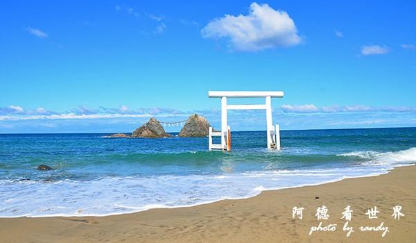 櫻井二見浦   夫婦岩 -    兩塊以神道繩相連的巨石稱為夫婦岩