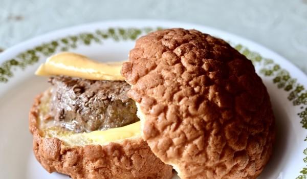 疫情期間餐廳沒法內用,三餐只得在家裡解決,煮而煮之,疲而乏之,於是買了許多冷凍食物塞爆家裡2個冰箱,卻仍乏善可陳。在學弟「鬍子哥」處買了新產品「胡同燒肉x菠蘿麵包ぼろパン」的「和牛漢堡肉菠蘿麵包」(ぼろパン??這絕對不是日文),想說放在冷凍,「有時」可以改改味蕾。
