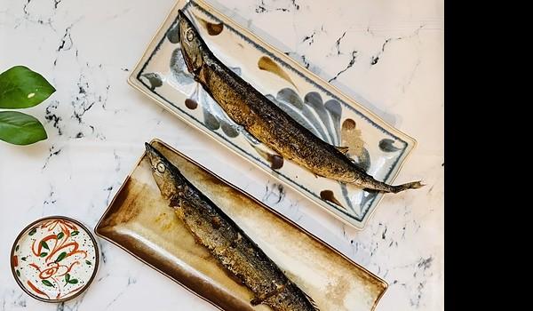 美麗的碗盤餐具就是要經常使用才能彰顯它的價值,一日三餐透過變換盛裝食物的餐具,讓做菜和用餐都增添了愉悅感。今天用32公分土克鍋簡單煎了四尾秋刀魚,兩尾分別盛裝在日本AWASAKA美濃燒的28公分長盤當晚餐,另外兩尾做成「秋刀魚甘露煮」冷藏,明天的晚餐一併完成。秋刀魚顧名思義是秋天盛產的魚,而魚身修長宛如刀,新鮮的秋刀魚做成握壽司非常濃厚美味,秋刀魚富含EPA、DHA以及不飽和脂肪酸OMEGA -3