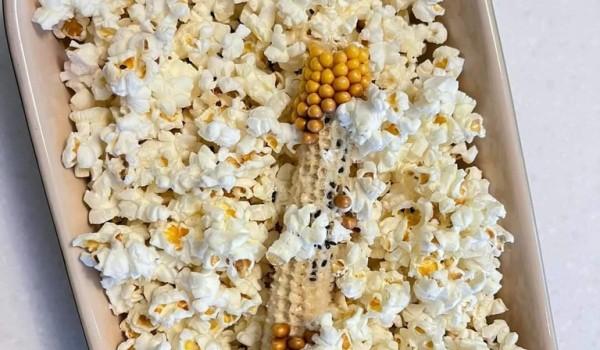 把玉米從真空袋中取出,放入微波紙袋,800W 1分50秒,玉米變爆米花,紙盒裡有油包鹽包,把玉米梗取出,倒入油包鹽包,搖一搖紙袋,讓調味均勻。