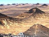 """世界十大迷人沙漠:15、遍佈黑色石頭的沙漠:埃及的""""黑色沙漠"""""""