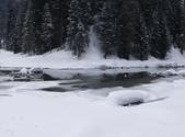 13-03-18(5)優鶴國家公園-翡翠湖和天然石橋和8字型螺旋鐵路隧道:翡翠湖13木橋另一面景色(平均高約2、3千公尺,愈往北部,形勢愈為險峻).JPG