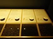 17-05-23(3)南投縣-竹山-遊山茶坊(觀光工廠):遊山茶坊10展示櫃裡提供各種實體的茶葉和試聞瓶.jpg