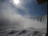 15-04-02(2)加拿大-安大略省-尼加拉瀑布和桌岩瀑布後探險:尼加拉瀑布45瀑布後探險。第一處樓上所看景像,往右就是馬蹄瀑布側面.JPG