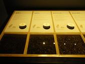17-05-23(3)南投縣-竹山-遊山茶坊(觀光工廠):遊山茶坊7展示櫃裡提供各種實體的茶葉,讓大家先從茶的外觀來分辨茶種。