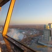 15-04-01(10)加拿大-安大略省-尼加拉瀑布城-Skylon Tower晚餐:Skylon Tower10旋轉餐廳。窗外的馬蹄瀑布.JPG