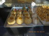13-03-17(11)班夫小鎮:班夫小鎮4轉角的甜點店,被櫥窗的擺設吸引,焦糖蘋果 Caramel Apple和楓糖爆米花.JPG
