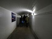 15-04-02(2)加拿大-安大略省-尼加拉瀑布和桌岩瀑布後探險:尼加拉瀑布39瀑布後探險。坐電梯下去,終點是燈光昏暗的隧道,在此就可聽到很大的水流聲.JPG
