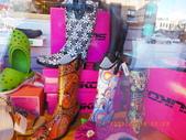 13-03-17(11)班夫小鎮:班夫小鎮10櫥窗的擺設,好鮮艷的皮靴,還是雨鞋??.JPG