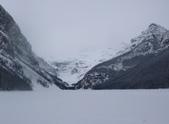 13-03-17(5)班夫國家公園-露易絲湖和露易絲湖城堡飯店:露易絲湖3先到了結冰的露易絲湖(湖寬500公尺,縱深2400公尺,水深90公尺,位於海拔1731公尺的高山之中).JPG