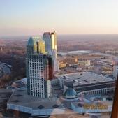 15-04-01(10)加拿大-安大略省-尼加拉瀑布城-Skylon Tower晚餐:Skylon Tower12旋轉餐廳。窗外的瀑景觀賭場渡假村(Fallsview Casino Resort).JPG