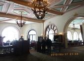13-03-17(5)班夫國家公園-露易絲湖和露易絲湖城堡飯店:露易絲湖7飯店餐廳(一樓有大廳和餐廳和商店街,客房在二樓).JPG