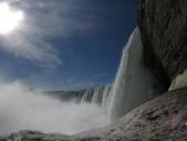 15-04-02(2)加拿大-安大略省-尼加拉瀑布和桌岩瀑布後探險:尼加拉瀑布46瀑布後探險。第一處樓上所看景像,往右就是馬蹄瀑布側面,瀑布自天際傾瀉而下的壯觀景象.JPG