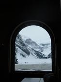 13-03-17(5)班夫國家公園-露易絲湖和露易絲湖城堡飯店:露易絲湖9飯店餐廳的窗號稱世界最美的窗戶,飯店也有荒野中的鑽石美名.JPG