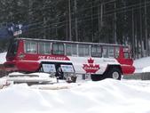 13-03-17(8)班夫國家公園-硫磺山纜車:硫磺山纜車1一下車目光就被冰原雪車所吸引,那輪胎比一個成人還高.JPG