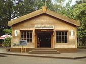 台大熱帶植物標本園和下坪:台大熱帶植物標本園內4原木建造的木屋.JPG