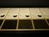 17-05-23(3)南投縣-竹山-遊山茶坊(觀光工廠):遊山茶坊9展示櫃裡提供各種實體的茶葉和試聞瓶.JPG