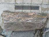 13-03-18(10)老鷹峽谷-最後一根釘紀念碑:紀念碑18當時加拿大各省拿出地方的石頭,全國共有十個省,二個地區,不知為什麼有來至蘇格蘭的石頭.JPG