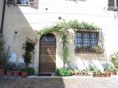 14-03-29(3)托斯卡尼-蒙特普魯查諾(暮光之城):蒙特普魯查諾5平台上的住家。家家戶戶門前都裝點著鮮花,恬淡而美麗。.JPG