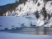 13-03-17(9)班夫國家公園-弓河瀑布:弓河瀑布5有趣的是弓河二岸地層的形成年代完全不同,西岸(左)約2億4千5百萬年,而東岸(右)則為3 億2千萬.JPG