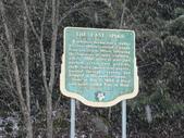 13-03-18(10)老鷹峽谷-最後一根釘紀念碑:紀念碑1位於灰熊鎮(Revelstoke)與夕卡摩(Sicamous)之間,老鷹峽谷一號國道邊上.JPG