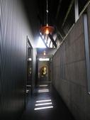 17-05-23(3)南投縣-竹山-遊山茶坊(觀光工廠):遊山茶坊2入口長廊。廊底為藝術品名為「了不起」