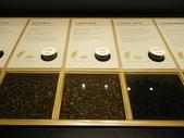 17-05-23(3)南投縣-竹山-遊山茶坊(觀光工廠):遊山茶坊8展示櫃裡提供各種實體的茶葉和試聞瓶,可以聞到每一種茶葉與眾不同的味道.JPG