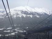 13-03-17(8)班夫國家公園-硫磺山纜車:硫磺山纜車19纜車內向下望,朗度山.JPG