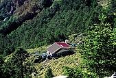 高山湖泊-嘉明湖:向陽主峰頂腑看避難山屋
