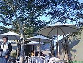 971207新竹峨眉湖二泉湖畔:戶外很多人坐在那曬太陽