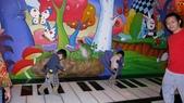 1010318台中兒童藝術館溜小孩:一樓很可愛的大琴鍵~真的有聲音唷!