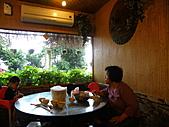 991008宜蘭頭城上山下海篇:我們坐在窗邊~還可以看火車,小朋友很開心