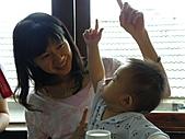 990911展翅聚會in友竹居:雅淇挺會跟小孩玩的