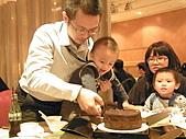991223允昱2歲生日慶生會IN古華明皇樓:小昱切蛋糕