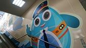[新北市汐止區]汐止火車站:前往月台的手扶梯牆上的吉祥物貼圖