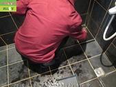 246-浴室磁磚污垢清除-防滑止滑-浴室黑色磁磚牆面與地面及玻璃污垢清除:6防滑止滑-黑色磁磚污垢清除中.jpg