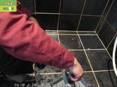 246-浴室磁磚污垢清除-防滑止滑-浴室黑色磁磚牆面與地面及玻璃污垢清除:4防滑止滑-黑色磁磚污垢清除中.jpg