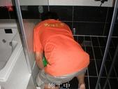 適合止滑防滑施工之場所-浴室:3施工中1-止滑大師Anti- slit Pro創業加盟連鎖止滑液防滑劑止滑防滑專業施工地坪瓷磚浴室防滑止滑