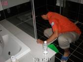 適合止滑防滑施工之場所-浴室:4施工中2-止滑大師Anti- slit Pro創業加盟連鎖止滑液防滑劑止滑防滑專業施工地坪瓷磚浴室防滑止滑