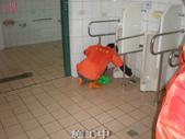 常春老人養護中心-地面止滑防滑施工:7大浴室施工中 塗抹止滑劑1-止滑大師Anti- slit Pro創業加盟連鎖止滑液防滑劑止滑防滑專業施工地坪瓷磚浴室防滑止滑