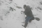 2014-02-15 武陵農場露營、合歡山賞雪:04路邊裝雪的人.JPG