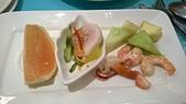 台中 饗食天堂 平日午餐:葡萄柚不錯,椒麻雞還OK,右邊海鮮沙拉本日最佳!草莓/哈密瓜/蓮霧/蘋果/蝦仁/蚌類但是葡萄超級難吃