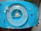 大家源 TCY-6705 電動刨冰機:碎冰會往兩邊上面噴,所以刨完記得打開蓋子擦掉這些碎冰(這張已拿掉蓋子)