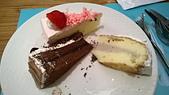 台中 饗食天堂 平日午餐:這三塊蛋糕的蛋糕體都不好吃,草莓酸酸的很好吃,黑森林中間夾的是藍莓醬,芋泥只有一咪咪芋頭味