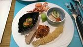 台中 饗食天堂 平日午餐:12點方向水果海鮮沙拉本日最優! 煙燻魚肝煙燻味特濃,炸蝦普普,油雞不錯,照燒雞粉粉但終於有味道了