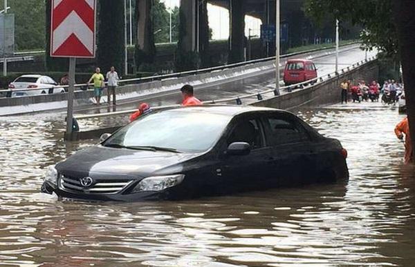 「南京多地被淹」暴雨襲擊,城市多處發生內澇