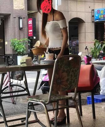 「早餐店正妹」露出性感香肩,瞬間成了全場目光焦點