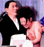 「珍娜傑克露胸」AV女優被北野武當眾伸鹹豬手上演摸乳秀