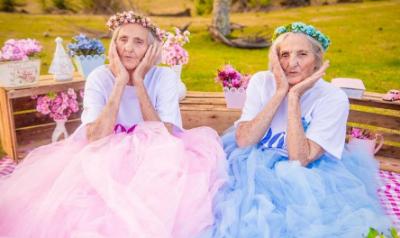 「百歲雙胞胎姊妹」永遠都要當少女!拍夢幻大片萌翻